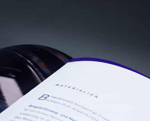 Detailansicht einer Broschüre mit Klammerheftung